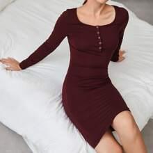 Einfarbiges figurbetontes Kleid mit halber Knopfleiste