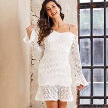 Kleid mit asymmetrischem Kragen, Schosschen am Saum und Guipure Spitze