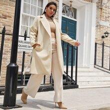 Mantel mit eingekerbtem Kragen, seitlichen Taschen und Selbstguertel