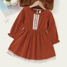Kleid mit Kontrast Spitzen, Knopfen und Schluesselloch