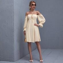 Schulterfreies Kleid mit Knoten und Knopfen vorn