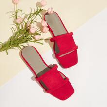 Minimalistische Sandalen mit Ausschnitt