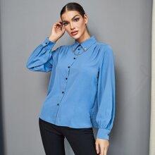 Einfarbige Bluse mit Falten & Kette