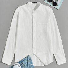 Camisa unicolor con bolsillo con parche de cuello alto