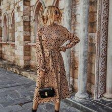 Kleid mit Muster, Falten und Guertel