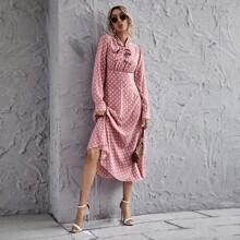Kleid mit Halsband und Punkten Muster