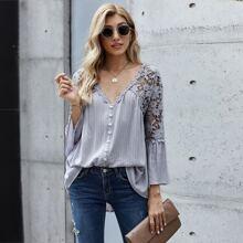 Bluse mit Kontrast Spitze und Knopfen vorn
