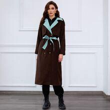 Mantel mit zweireihigen Knopfen, Farbblock und Guertel