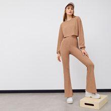 Strick Top mit sehr tief angesetzter Schulterpartie Hose mit ausgestelltem Beinschnitt Set