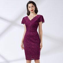 Kleid mit mehrschichtigen Rueschen und Spitzen