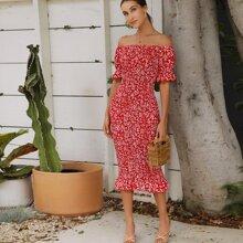 Schulterfreies Kleid mit Raffungsaum und Bluemchen Muster