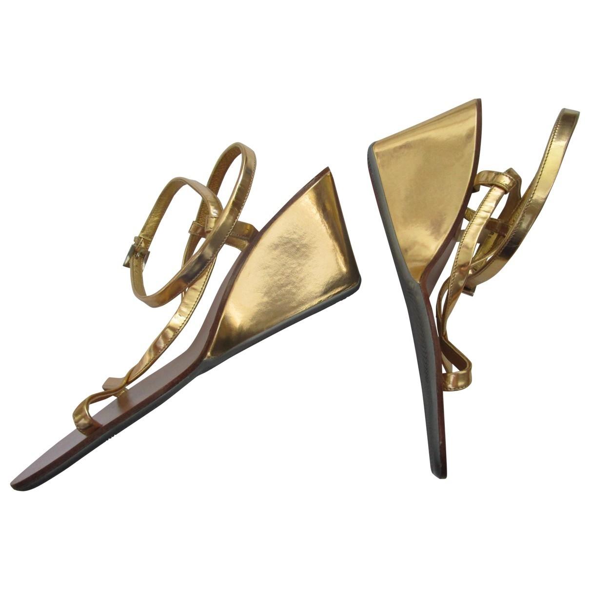 Prada \N Sandalen in  Gold Lackleder