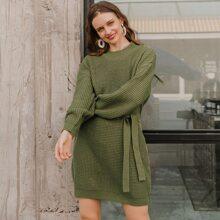 Pullover Kleid mit sehr tief angesetzter Schulterpartie und Guertel