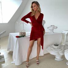 Samt Kleid mit tiefem Kragen und Rueschen