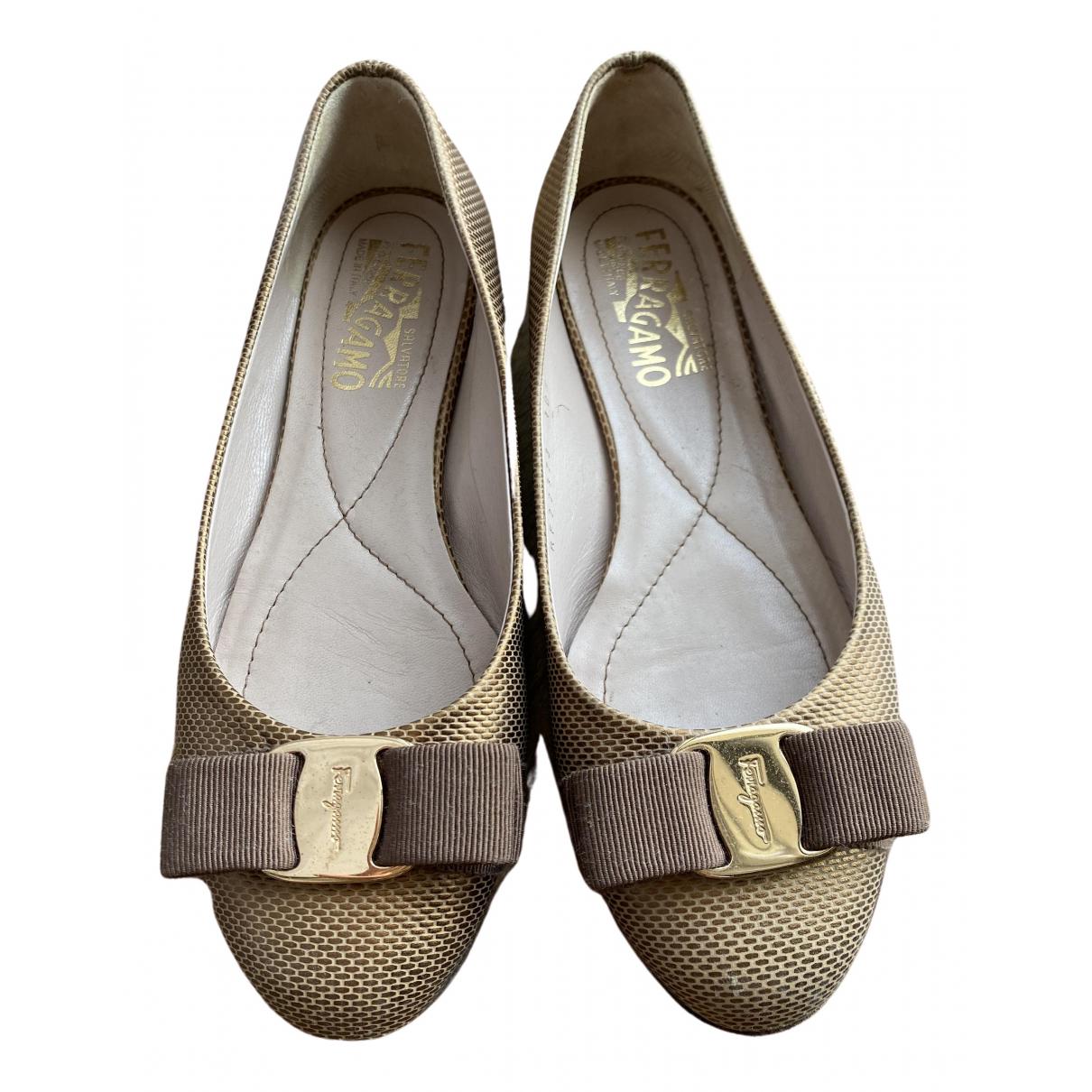 Salvatore Ferragamo \N Ballerinas in  Gold Leder