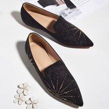 Loafers mit spitzer Zehenpartie und Nieten Dekor