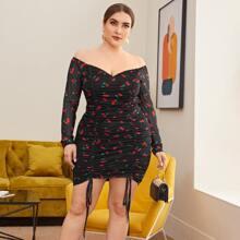 Schulterfreies Kleid mit Kirschen Muster, Kordelzug, Rueschen Detail und Netzstoff