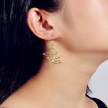 Ohrringe mit Ausschnitt und Figur Anhaenger