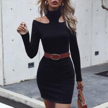 Schulterfreies einfarbiges figurbetontes Kleid ohne Guertel