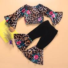 Camisa de hombros descubiertos con estampado floral de leopardo con pantalones de pierna amplia
