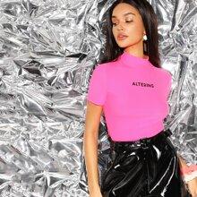 Neon Rosa T-Shirt mit Stehkragen und Buchstaben Grafik