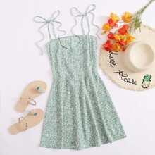 Cami Kleid mit Band auf Schulter, Rueschen hinten und Gaensebluemchen Muster