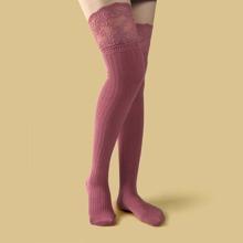 Lange Socken mit Spitzenbesatz