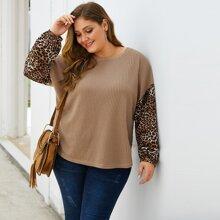 T-Shirt mit Leopard Muster und sehr tief angesetzter Schulterpartie