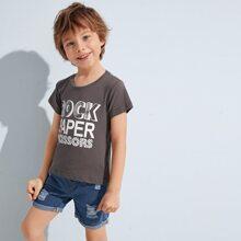 Camiseta de niñitos con estampado de letra con shorts denim rotos