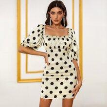 DKRX Satin Kleid mit Ruesche und Punkten Muster