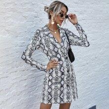 Blazer Kleid mit Schlangenleder Muster und zweireihigen Knopfen