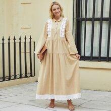 Kleid mit Kontrast und Ose Stickereien
