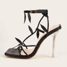 Sandalen mit Blatt Dekor und Knochelriemen