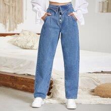 Jeans mit Falten und Knopfen