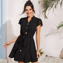 Kleid mit Stehkragen, Guipure Spitzeneinsatz, Knopfen vorn und Guertel