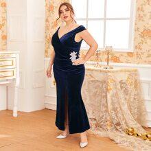 Samt Kleid mit V Kragen, Strass Detail, Schlitz und Schwanz