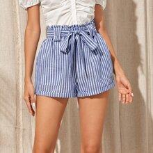 Shorts mit Papiertasche um die Taille, schraegen Taschen und Streifen