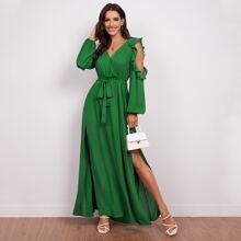 Schulterfreies Kleid mit Rueschenbesatz, Selbstguertel und Schlitz
