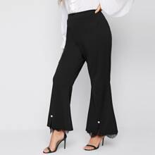 Hose mit Spitzenbesatz, Schlitz und ausgestelltem Saum