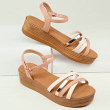 Sandalen mit buntem Riemen und offener Zehenpartie