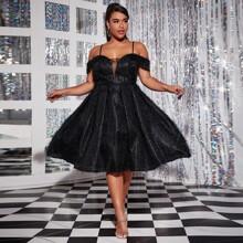 Schulterfreies flaumiges Kleid mit Netzeinsatz