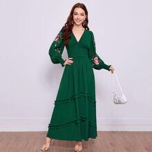 Vestido bajo fruncido a capas con bordado floral de puño fruncido