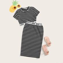 Conjunto de niñas top corto con diseño de cinta con letra de rayas con falda