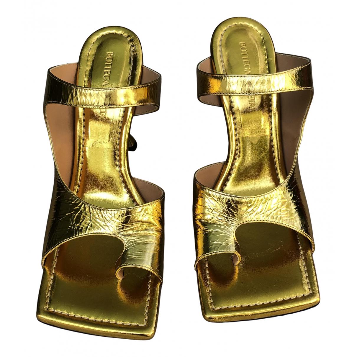 Bottega Veneta Stretch Pumps in  Gold Leder
