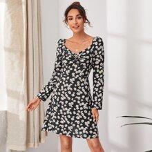 Kleid mit Ruesche Detail und Gaensebluemchen Muster