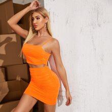 Conjunto top de tirantes fruncido naranja neon con falda ajustada