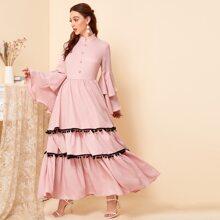 Mehrschichtiges Kleid mit Schosschenaermeln, Knopfen vorn und Pompom Saum