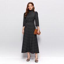 Kleid mit hohem Kragen und Gitter Muster