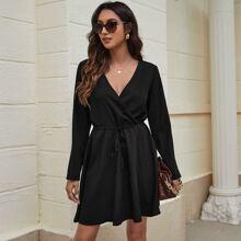 Kleid mit V Kragen und Band vorn