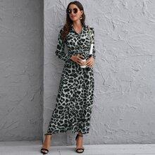 Kleid mit Knopfen vorn, Guertel und Leopard Muster